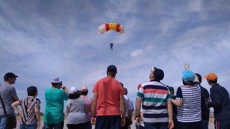 Los usuarios de 'Las Salinas' visitan la base aérea de Alcantarilla