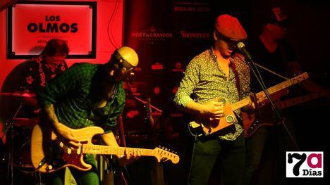 VÍD./FOT. La Banda Juárez rockanrolea la noche en Los Olmos