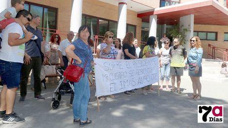 VÍD./FOT. Protesta en la Residencia por falta de auxiliares enfermeras