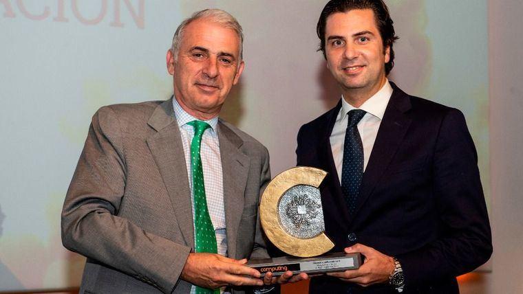 Pablo Lorente, CFO de Grupo Fuertes recibe el premio de manos de Javier García-Garzón, Dtor. De Canal de HP