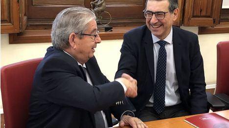El consejero delegado de Cefusa, José Fuertes, y el rector de la Universidad de Murcia, José Luján, firman el acuerdo de colaboración para la puesta en marcha de una planta piloto de cerdos nacidos mediante técnicas de fecundación in vitro