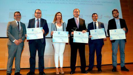 El equipo de Profusa, liderado por su directora general Laura Fuertes recogen el galardón de manos del delegado del Gobierno, Francisco Javier Jiménez.