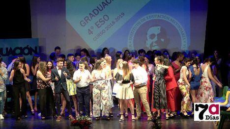 VÍD. Baile y buen humor, en la graduación de la ESO del M. Hernández