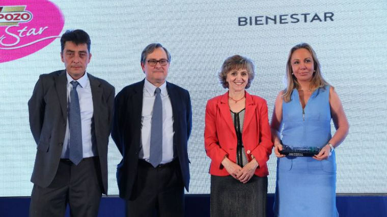 La directora de Relaciones Institucionales de ElPozo Alimentación, Mar Fuertes, recoge el Premio A tu Salud de manos de la ministra de Sanidad en funciones, Maria Luisa Carcedo