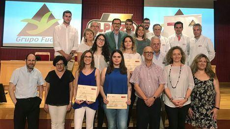 Los alumnos seleccionados para hacer prácticas y sus TFC/TFM con su acreditación, junto a sus tutores y representantes de la UMU y de Grupo Fuertes.