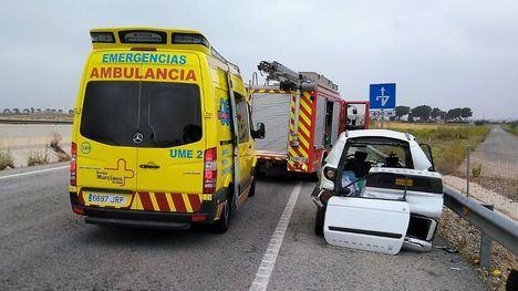 Rescatados dos ancianos tras colisionar un turismo y un camión