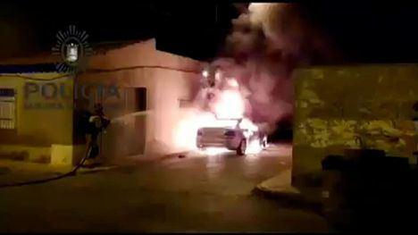 VÍDEO El incendio de un vehículo causa daños en una vivienda