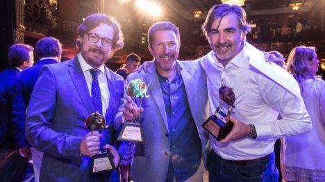 El director general de Fripozo, Vicente Soto (1º izquierda) recibe el premio Publifestival.