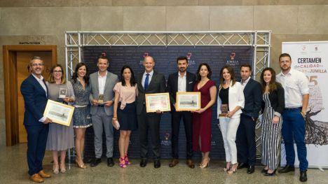 El equipo de Bodegas Luzón con sus tres reconocimientos.