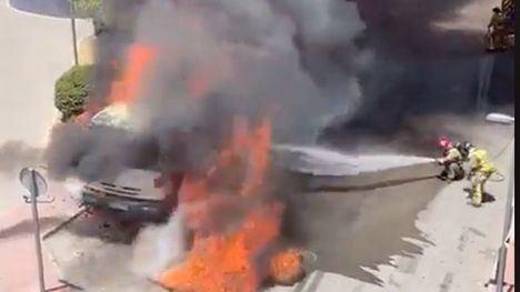 VÍDEO Bomberos trata de sofocar el incendio de un camión en Totana