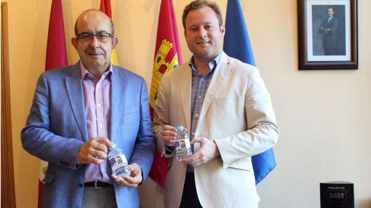 De izquierda a derecha: Julián Garre, director comercial de Aquadeus junto al alcalde de Albacete Vicente Casañ