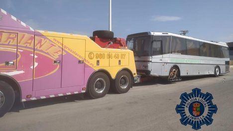 La Policía de Librilla retira un autobús italiano abandonado