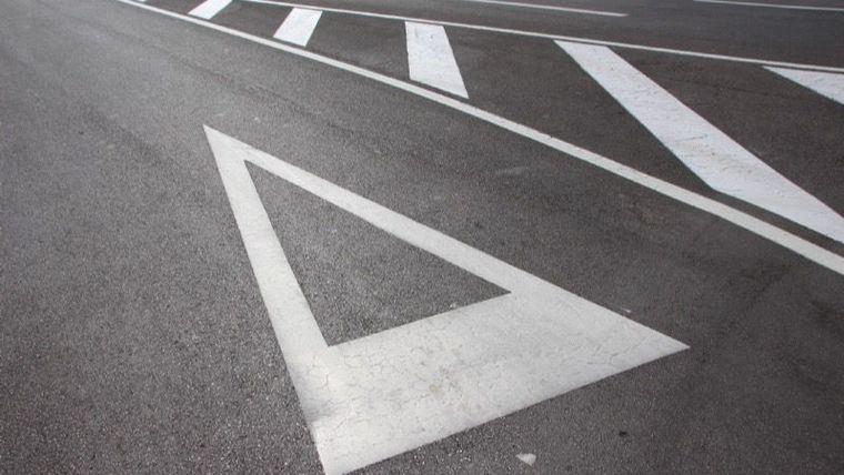 El Ayuntamiento repinta las marcas viales para mejorar la seguridad