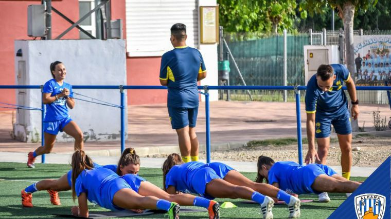 Imagen de uno de los últimos entrenamientos de las jugadoras del Alhama CF Femenino en el campo deportivo del Guadalentín.