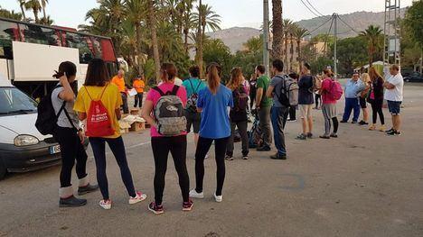 FOTOS Una treintena de voluntarios se sube al autobús solidario