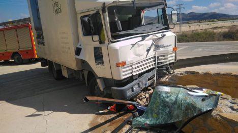 Rescatado y trasladado al hospital el conductor de un camión en Alhama