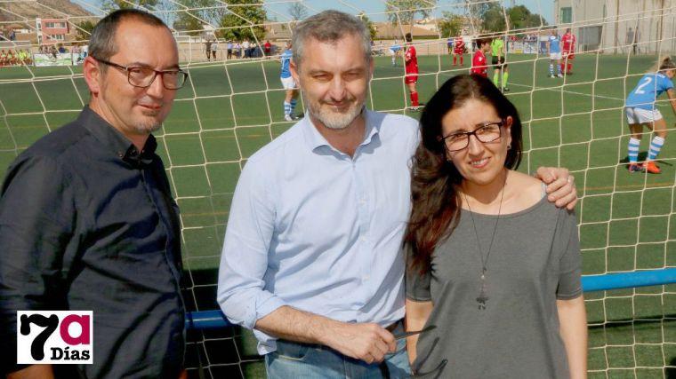 Sánchez Única, Urralburu y Eliana Márquez, en una de las últimas visitas del ex líder de Podemos Murcia en Alhama, durante un partido en el 'José Kubala'.