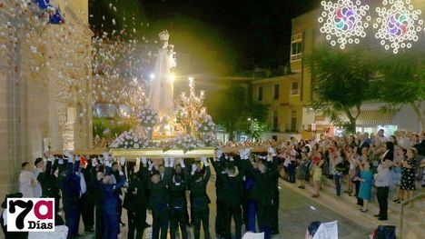 VÍD./FOT. Decenas de fieles acompañan a la Virgen del Rosario