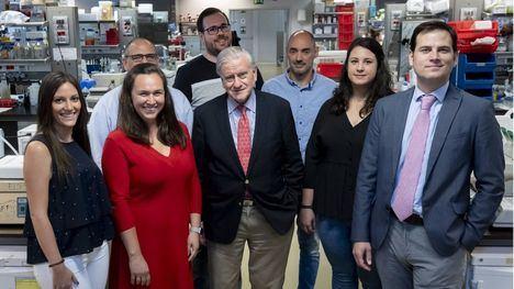 Carlos Cerón, en el centro al fondo, con el equipo de investigadores del CNIC.