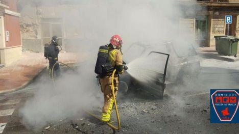Arde un turismo frente al Ayuntamiento de Librilla, sin heridos