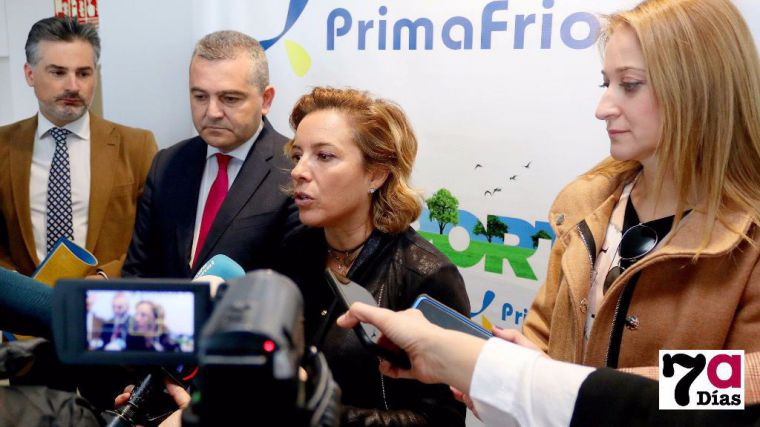 Imagen de la última visita de la ex consejera de Educación, Adela Martínez-Cachá a Alhama en un acto en las instalaciones de Primafrío.