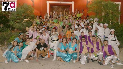VÍD./FOT. Espectacular y colorido desfile de carrozas de la Feria'19