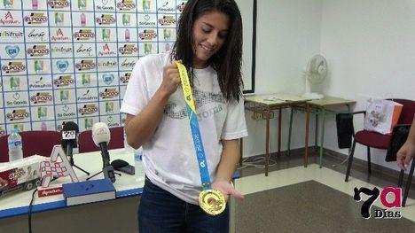 VÍD. Cálida bienvenida a la Campeona de Oro Carmen Fresneda