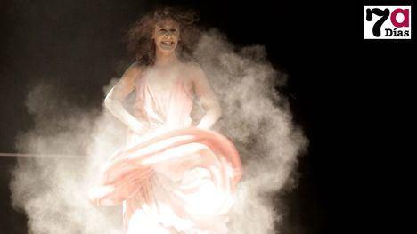 FOTOS Irene Caja llena el Teatro Velasco y pone al público en pie