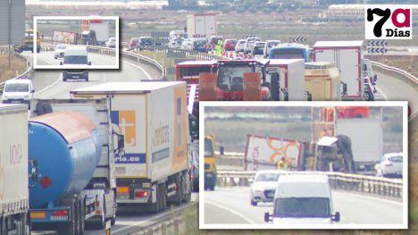 VÍDEO/FOTOS Tráfico lento en la A7 por el vuelco de un camión