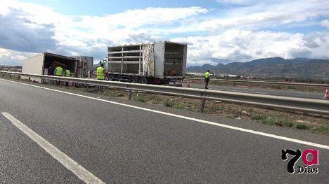 El conductor del camión accidentado en la A7, con heridas leves