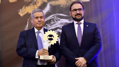 Premios Sepor Oro Juan Canovas recib e el premio de manos del alcalde de Lorca.