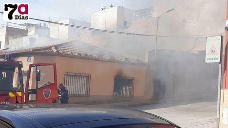 VÍDEO El fuego causa graves daños en una vivienda del Barrio