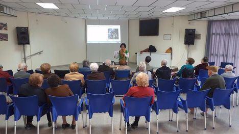 Un grupo de mayores asiste a una charla de empoderamiento