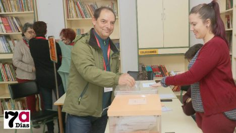 V/F Romero (IU) vota en el Ginés Díaz arropado por sus compañeros