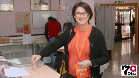 V/F Isabel Cava (C's) vota en el colegio Ntra. Sra. del Rosario