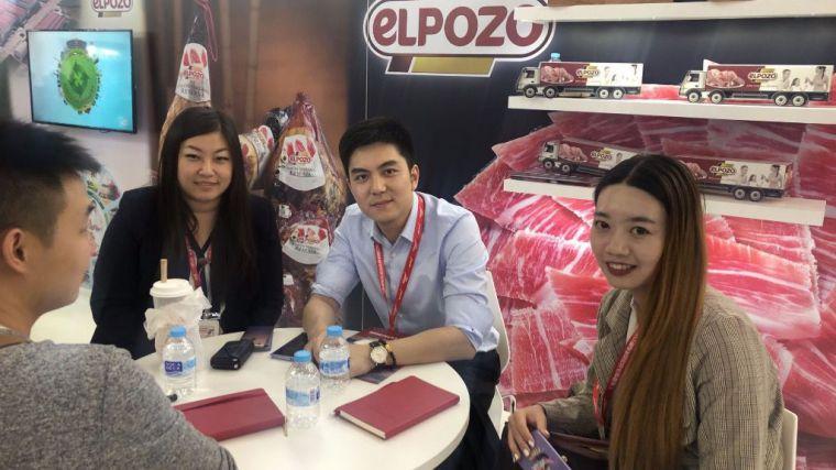 Equipo comercial de ElPozo Alimentación atendiendo a clientes asiáticos.