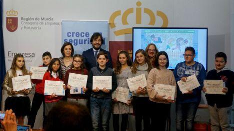 Ainara García, primera por la izquierda, del CEIP Sagrado Corazón de Librilla, ganadora de uno de los premios 'Crece en Seguridad'.