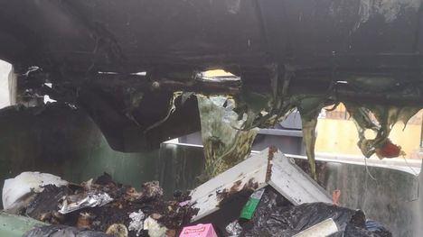 No tires los rescoldos mal apagados de la chimenea al contenedor