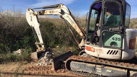 FOT. El Ayuntamiento retira escombros de la rambla Celada