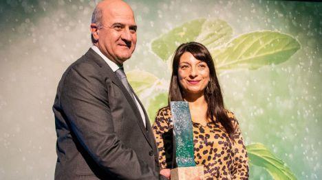Juan Pedro Florido recoge el premio de manos de la directora general de Desarrollo Rural, Innovación y Política Forestal del MAPA, Isabel Bombal.