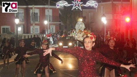 FOT. Los Reyes Magos llenan Librilla de color, ilusión y música