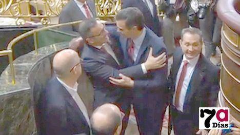VÍDEO Conesa saluda a Pedro Sánchez tras ser elegido presidente