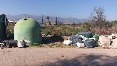 FOT. El PP de Alhama critica el estado de algunos contenedores