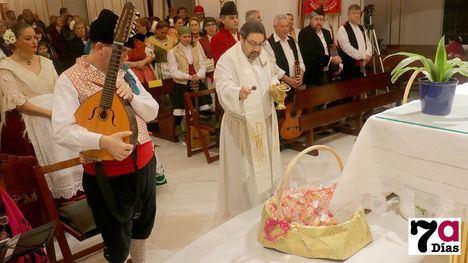 VÍD./FOTOS Tradición y religión en la bendición de los panes de San Blas