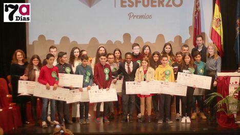VÍDEO Y FOTOS Una veintena de estudiantes ve premiado su esfuerzo