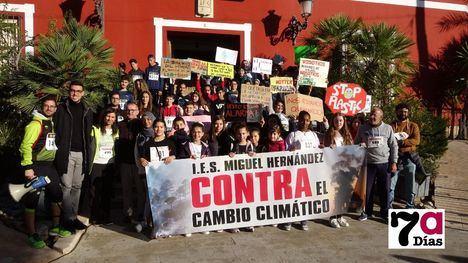 VÍDEO El M. Hernández celebra una marcha solidaria por el clima