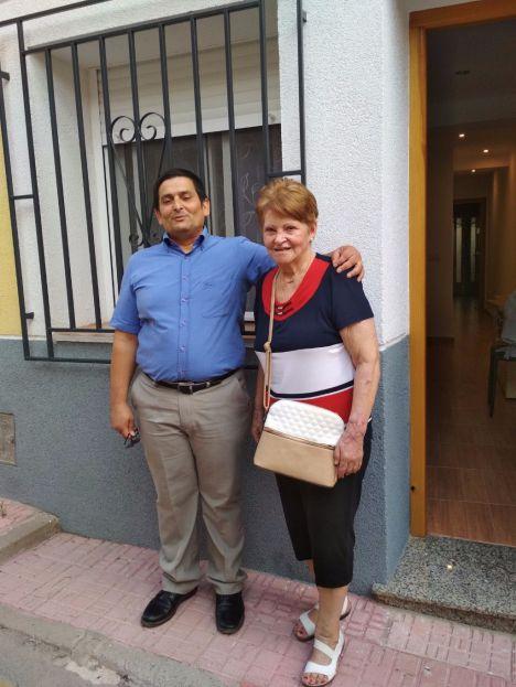 Francisca Carrasco, junto a su salvador el día del incendio, Justo Antonio Escudero, el día que su vecina volvió del hospital recuperándose de las quemaduras que sufrió.