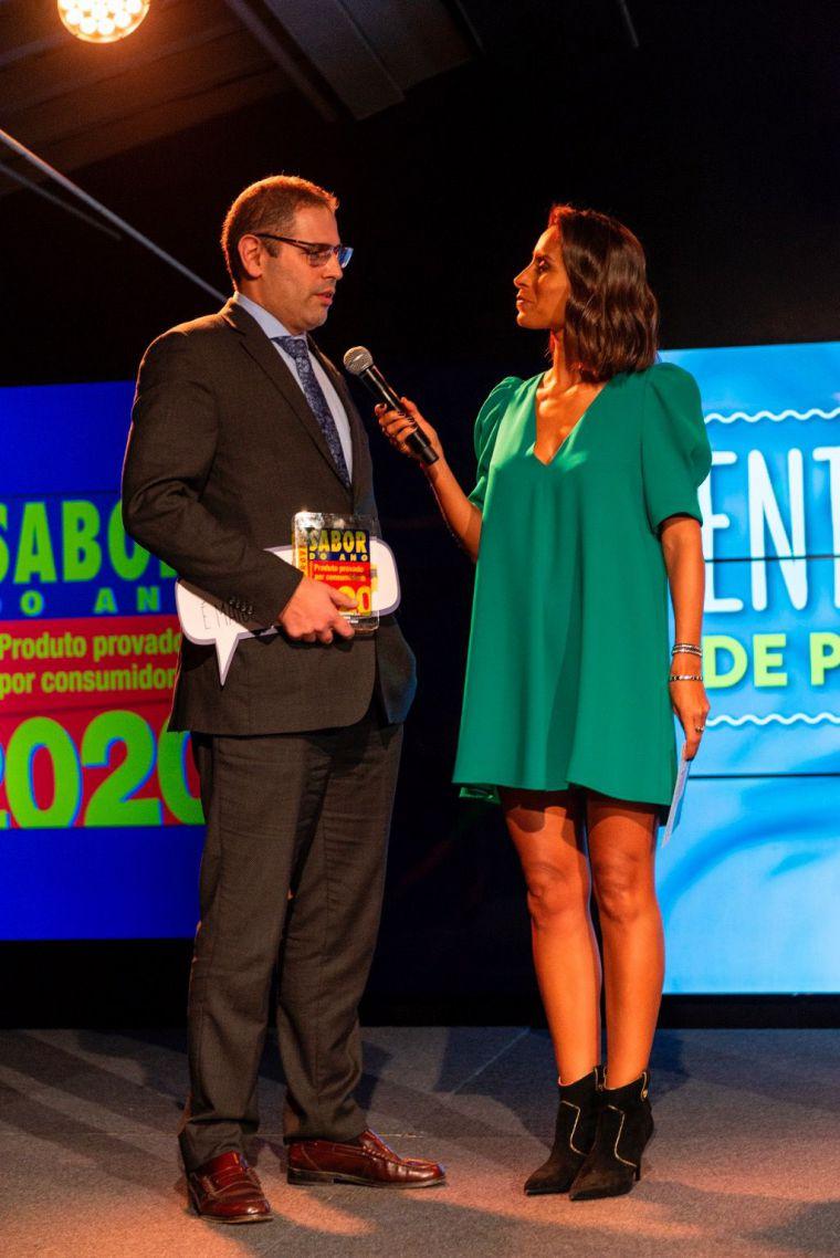 El Key Account Manager de ElPozo Alimentación, Iván Sacoor recoge el galardón de manos de la periodista Mónica Jardim.