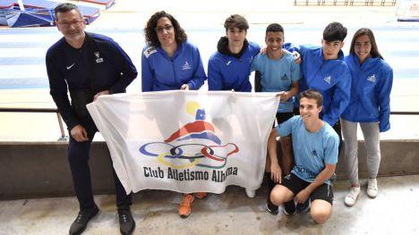 La bandera del Club Atletismo Alhama, en el Campeonato de España