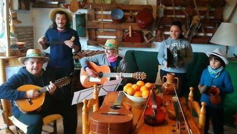 VÍD. La familia Sonata anima el encierro con 'Paquito el chocolatero'